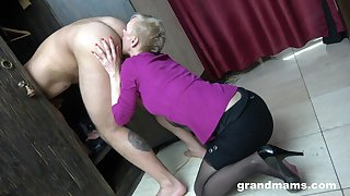 Just short haired mature blowlerina who stands on knees to give head
