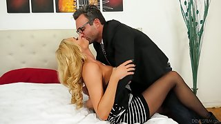 German palmy milf Briana Banks gets will not hear of pussy slammed hard