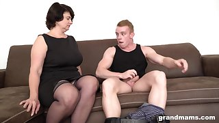 Unanticipated haired mature MILF picks up a guy from the drove for a fuck