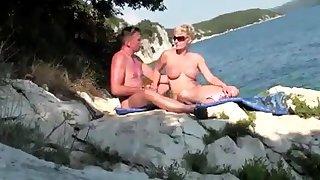 Reife MILF will Spass im Urlaub